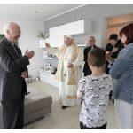 Papa Francisco em Ostia - litoral romanto - abençoando uma das famílias que visitou - ANSA