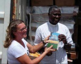 Salete Lang recebe Bíblia das mãos de Dom José Lampra Cá