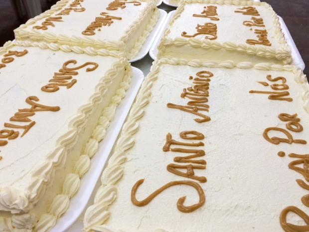 Para comemorar o dia de Santo Antônio, muitas paróquias preparam o tradicional bolo (Foto: Káthia Mello/G1)