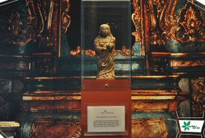 Estátua da Nossa Senhora da Luz dos Pinhais, no Museu Paranaense. Foto reproduzida de Curitiba Space