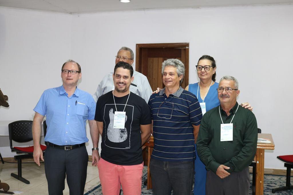 Na frente, da esquerda: Pe. Valdecir, Tiago, Antônio Kayser e Diácono Gilberto. Atrás, Dom Antônio Wagner e Silvana.