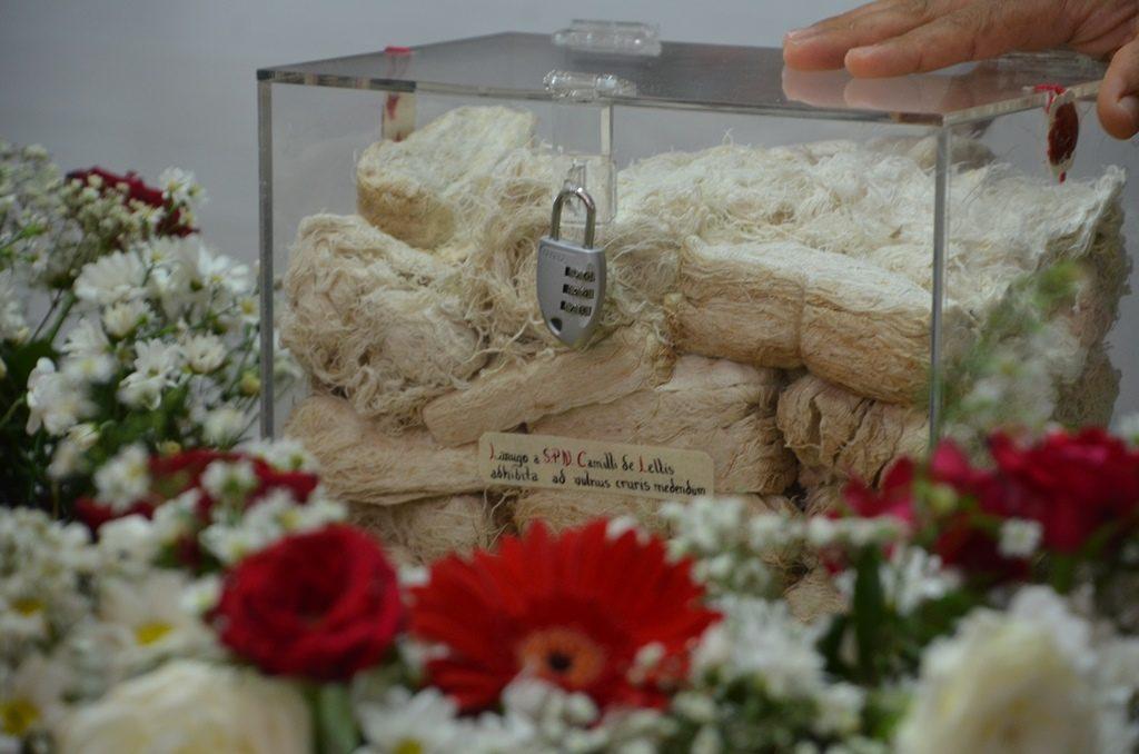 Uma das relíquias: Atadura de São Camilo - fonte:diocesedecrato-org