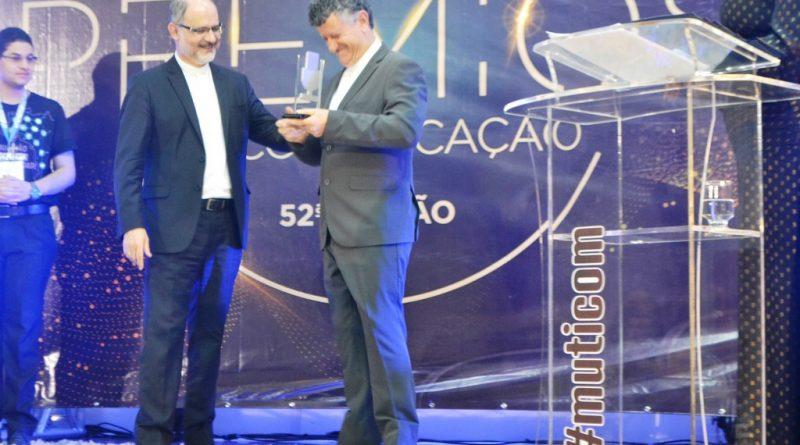 Padre Inácio de Medeiros da Rádio Aparecida recebendo o prêmio Microfone de Prata