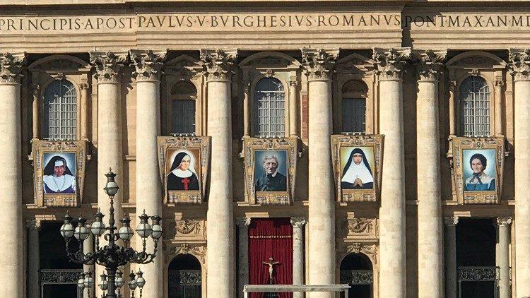 A imagem dos cinco beatos que serão canonizados dia 13 de outubro, na Basílica de São Pedro