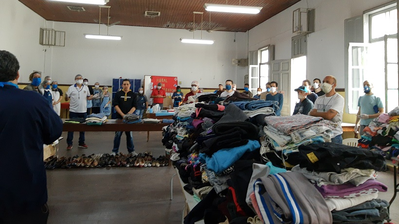 Além de alimentos, movimento também distribuiu roupas e produtos de higiene (Foto: Movimento Mesa Fraterna)