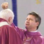O sacerdote deverá deixar caírem as cinzas sobre a cabeça do fiel (Foto: da reportagem da CNBB)