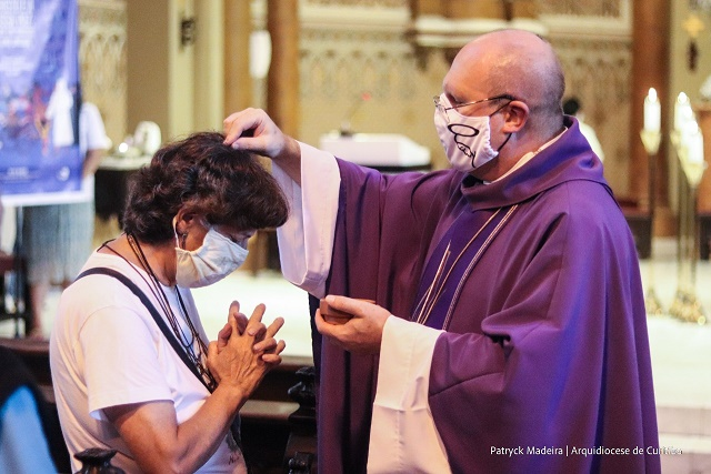 Neste ano, os celebrantes impuseram as cinzas no alto da cabeça de cada fiel. (Foto: Patryck Madeira, Arquidiocese de Curitiba)