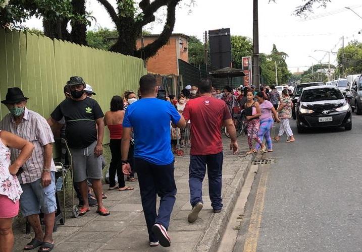 Centenas de moradores da Vila Torres foram buscar alimentos nesta quarta-feira. (Foto: Movimento Vila Torres)
