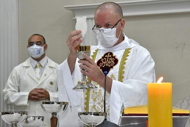 Paróco Padre Dirley Moreira celebrou a Primeira Eucaristia das crianças (Foto: Pascom Butiatuvinha)