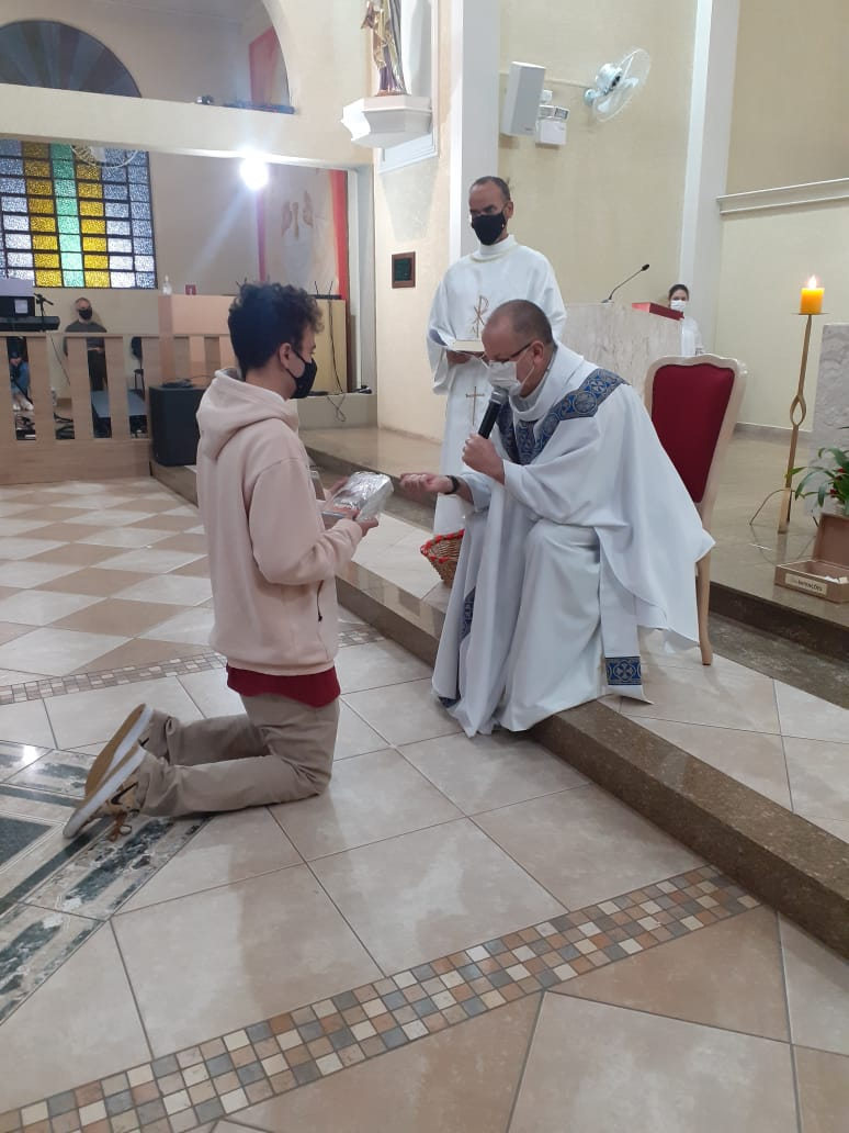 Cada catecúmeno recebeu uma Bíblia Sagrada no momento da acolhida (Foto: PASCOM)