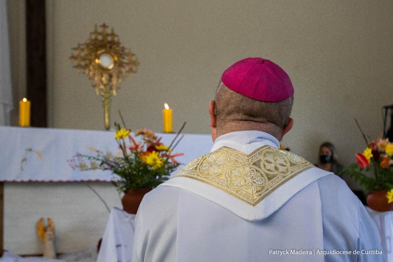 Dom Peruzzo, em oração, emocionou a todos os presentes (Patryck Madeira/Arquidiocese de Curitiba)