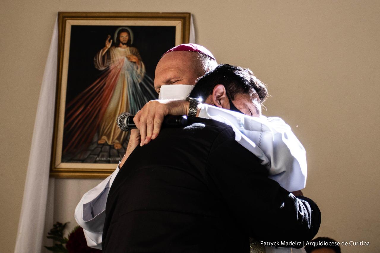 Dom Peruzzo abraça o interno após comovido testemunho (Foto: Patryck Madeira/Arquidiocese de Curitiba)