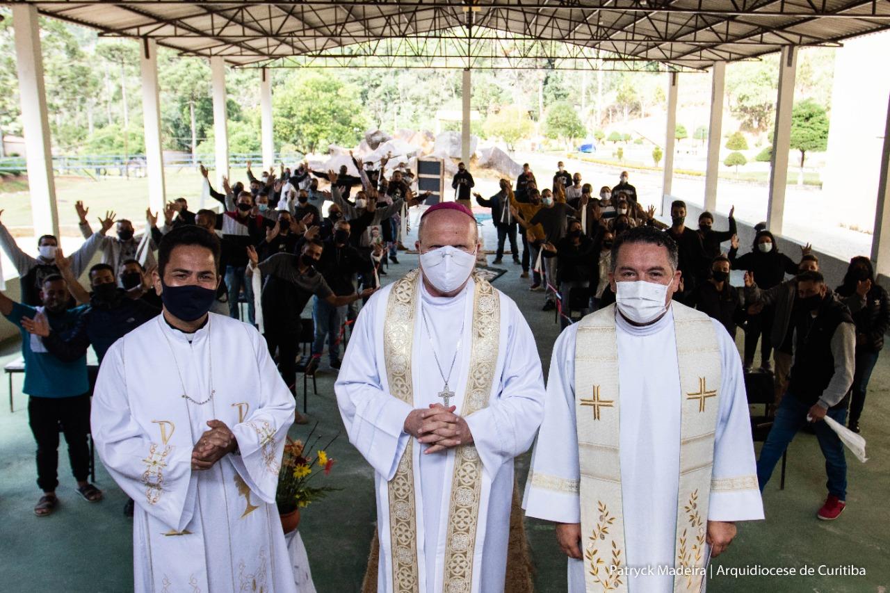 Comunidade e os celebrantes festejam o Cristo Vivo na Eucaristia (Foto: Patryck Madeira/Arquidiocese de Curitiba)