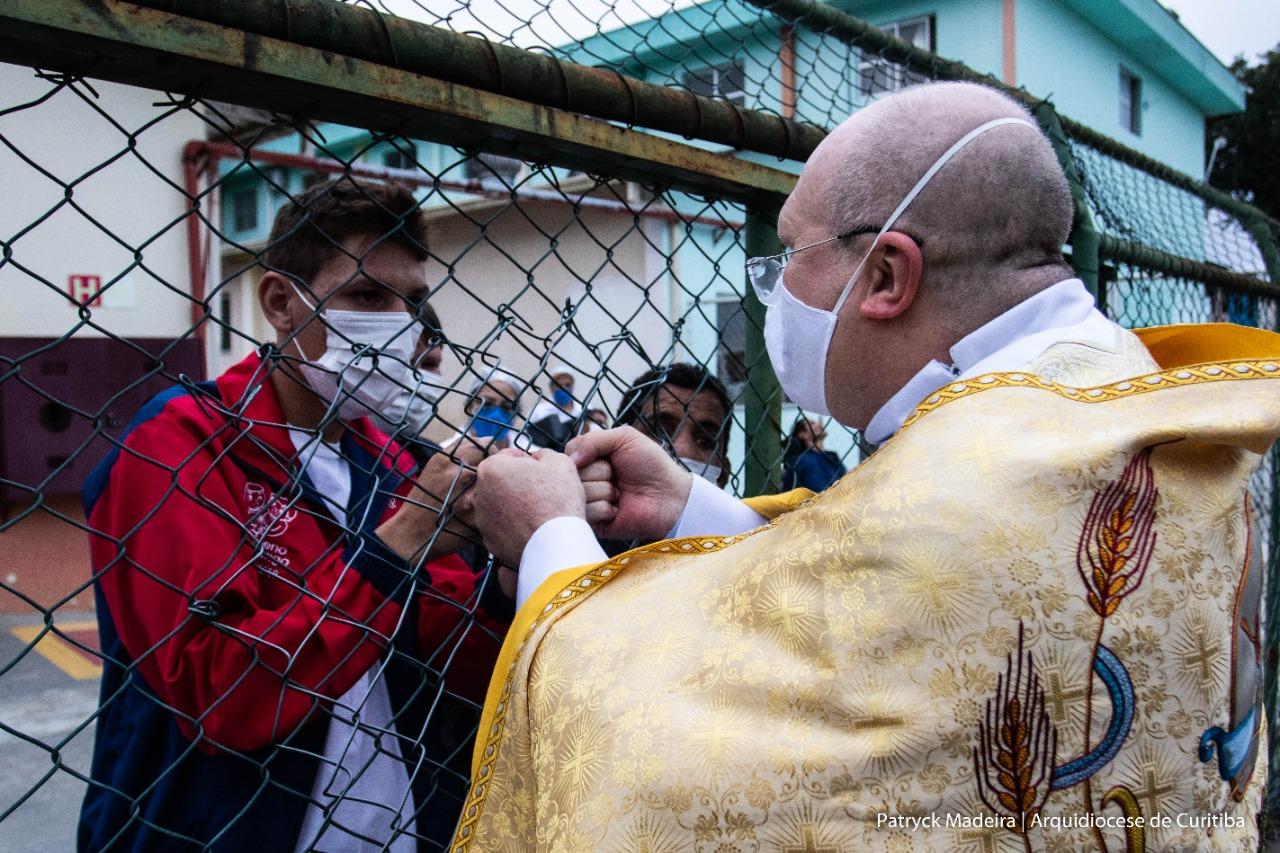 Moradores da casa receberam a bênção do Arcebispo (Foto: Patryck Madeira/ Arquidiocese de Curitiba)