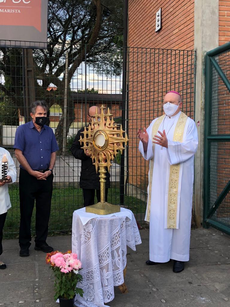 A celebração da Vila Torres foi realizada no pátio da Capela Nossa Senhora Aparecida (Foto: Arquidiocese de Curitiba)