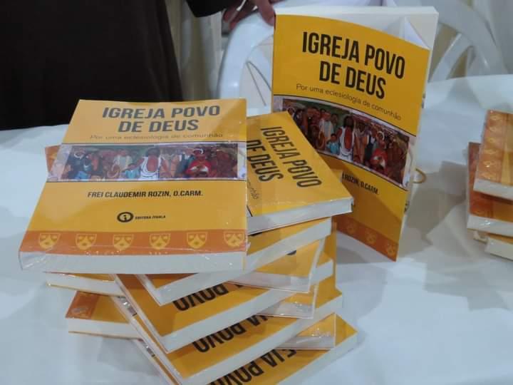 O livro pode ser adquirido diretamente na Paróquia