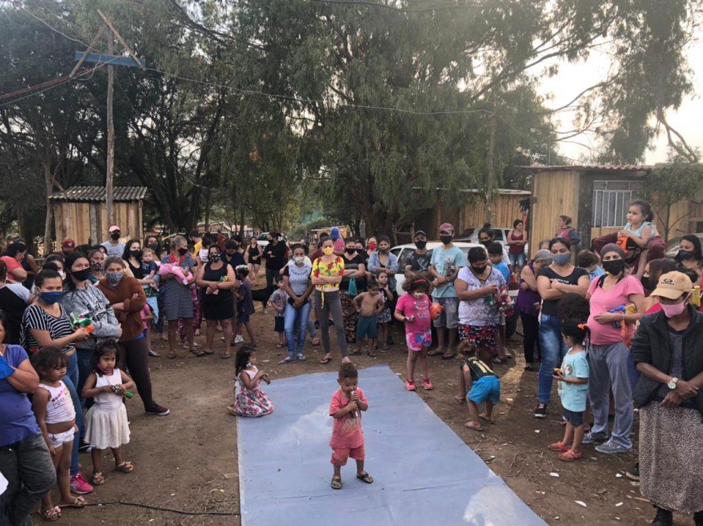 Entrega de cobertores e alimentos a famílias do assentamento União, no Tatuquara, na tarde desta terça-feira (Foto: Movimento SOS Vila Torres)